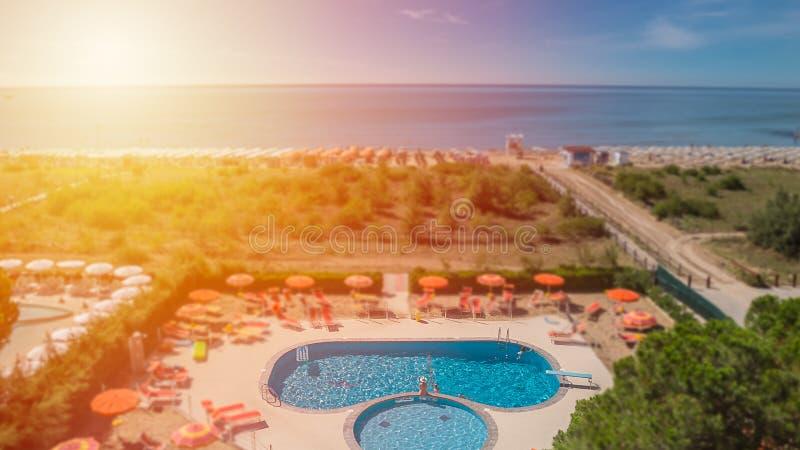 Vue aérienne à l'espace piscine d'hôtel image stock