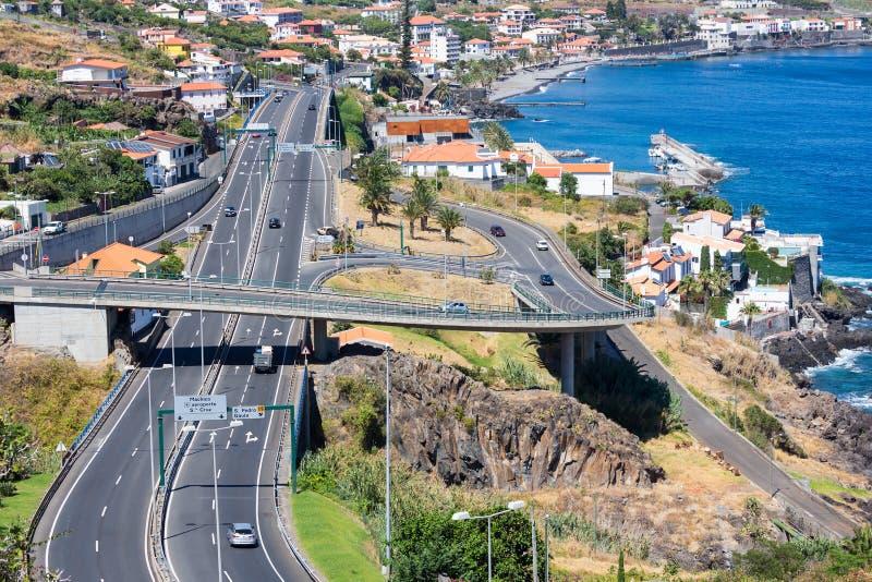 Vue aérienne à la côte Madère avec la route le long de Santa Cruz photographie stock libre de droits