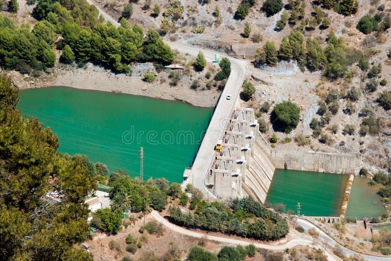 Vue aérienne à la centrale hydroélectrique et dum avec la voiture dessus i photographie stock