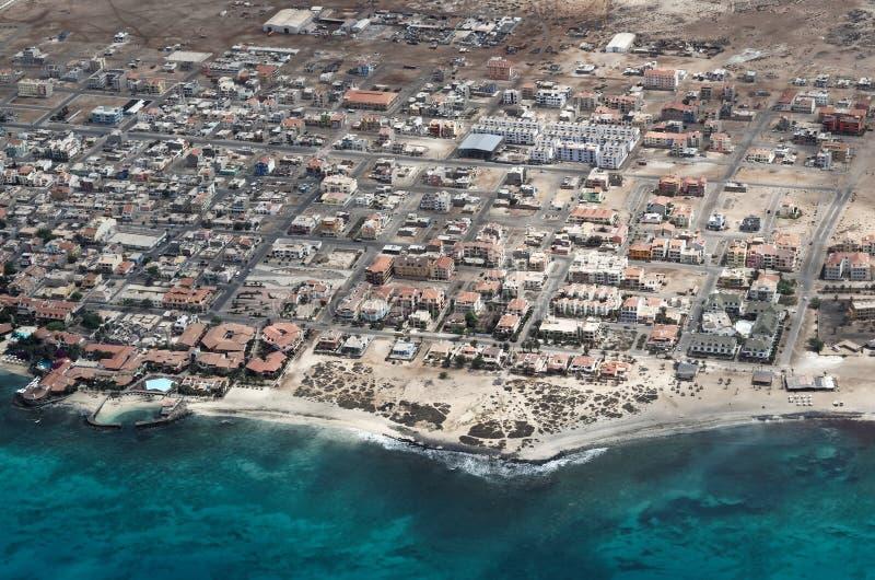 Vue aérienne à la ville de Santa Maria de l'avion, Cap Vert image libre de droits