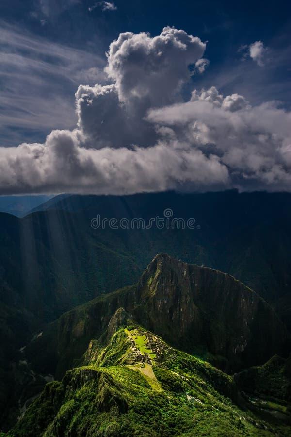 Vue aérienne épique et unique sur la montagne de Machu Picchu/Huayna Picchu images libres de droits