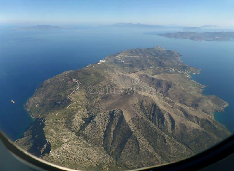 Vue aérienne étonnante d'île de Santorini comme vu de la fenêtre plate avant le débarquement photographie stock libre de droits