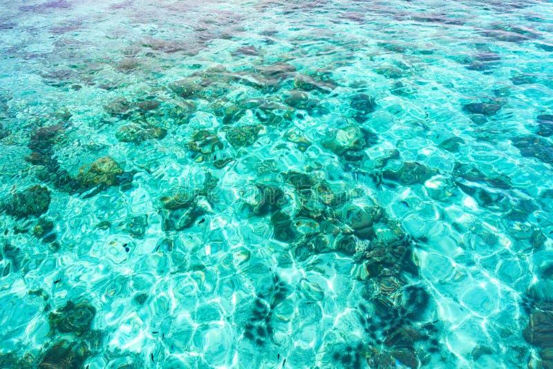 Vue aérienne abstraite de l'eau bleue transparente d'océan images stock