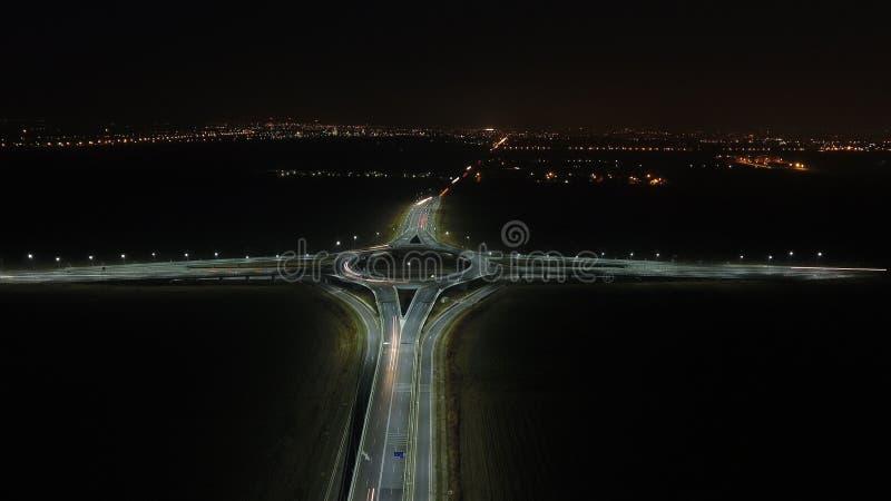 Vue aérienne au-dessus d'un rond point, vue de nuit image stock