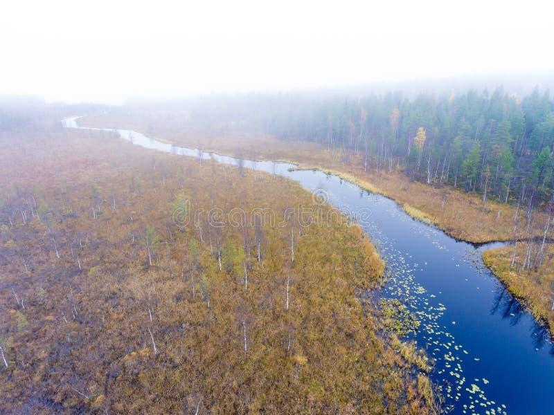 Vue aérienne au-dessus d'une petite rivière en Laponie en automne photo libre de droits