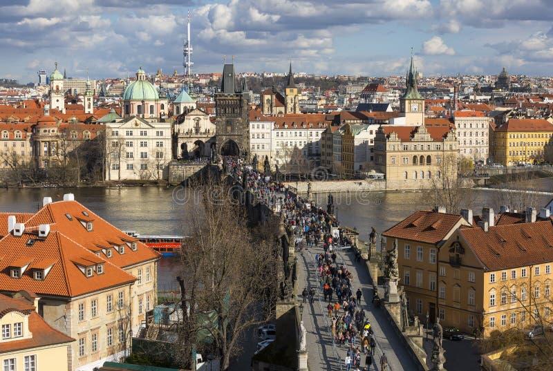 Vue aérienne au-dessus de Charles Bridge dans Praque, République Tchèque image libre de droits