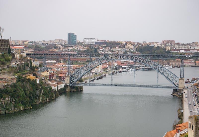 Vue aérienne au-dessus de rivière Douro à Porto, Portugal Jour pluvieux et obscurci images stock