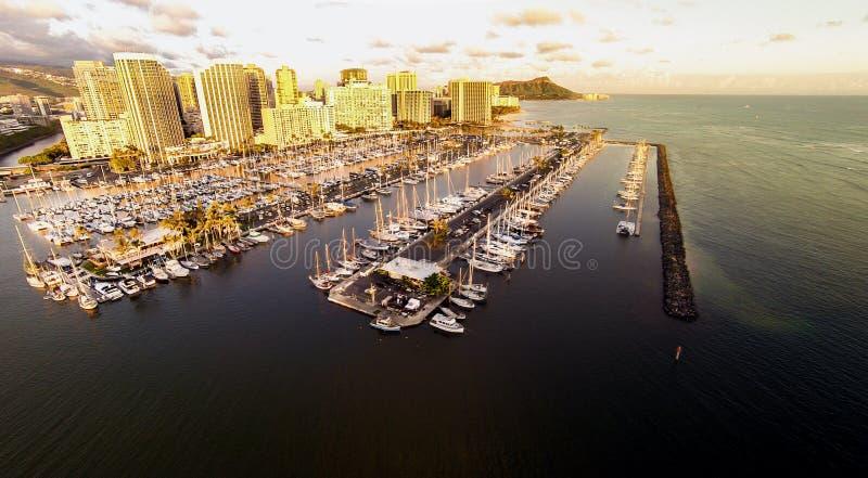 Vue aérienne au-dessus de Waikiki et d'aile du nez Wai Boat Harbor photographie stock