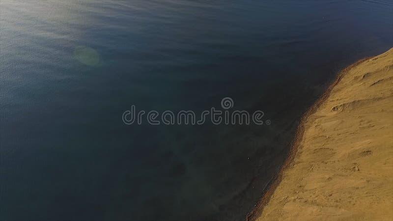 Vue aérienne au-dessus du champ et du littoral chilien sur le fond nuageux de ciel bleu et de mer projectile Horizontal étonnant photo libre de droits