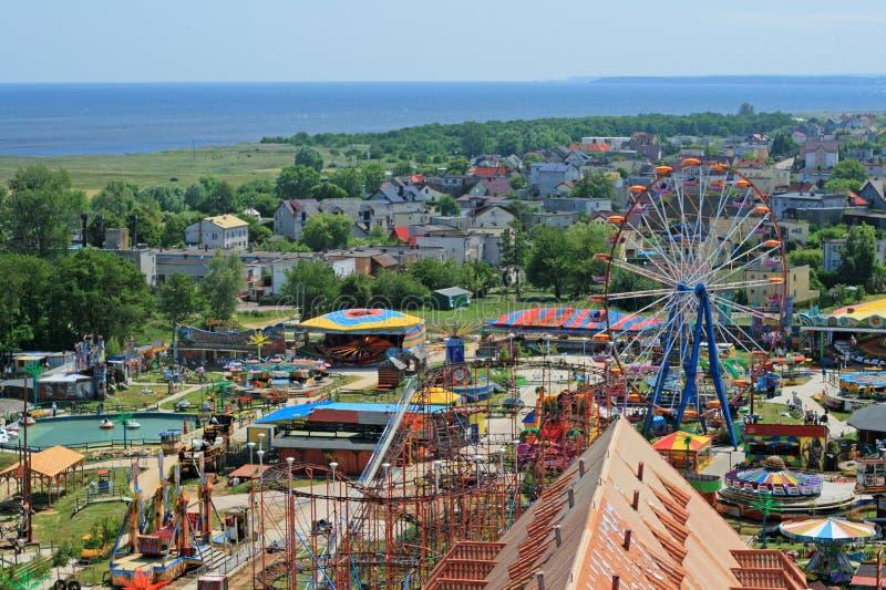 Vue aérienne au parc d'attractions et à la mer images stock