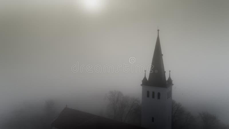 Vue aérienne au sujet de la belle église catholique un matin brumeux photographie stock