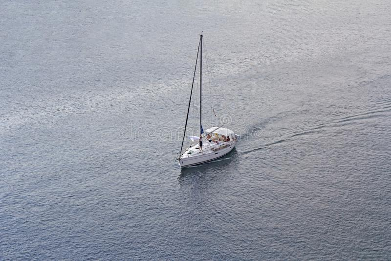 Vue aérienne au yacht de bateau de navigation photos stock