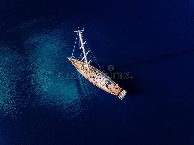Vue aérienne au yacht en mer bleue profonde images libres de droits