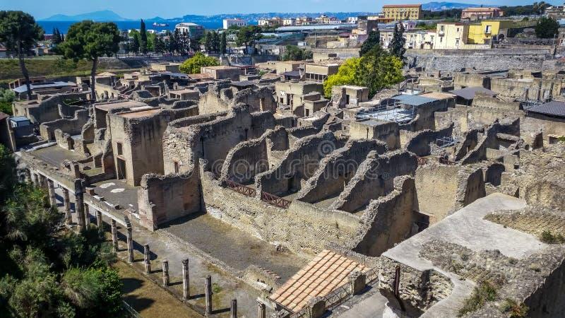 Vue aérienne aux ruines de Herculanum qui a été couvert par la poussière volcanique après éruption du Vésuve, Herculanum Italie image stock