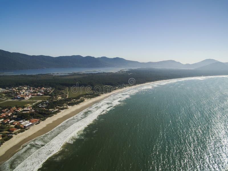 Vue aérienne Barra da Lagoa Beach dans Florianopolis, Brésil Juillet 2017 photographie stock libre de droits