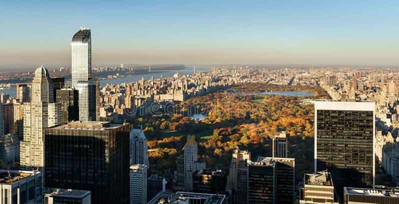 Vue aérienne, Central Park dans l'automne avec les gratte-ciel de Midtown, NYC photo stock