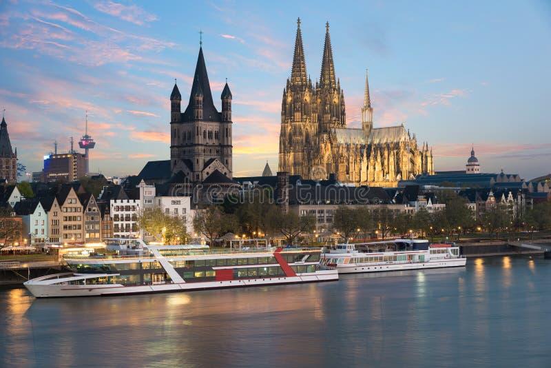 Vue aérienne Cologne au-dessus du Rhin avec le bateau de croisière dans le col image stock
