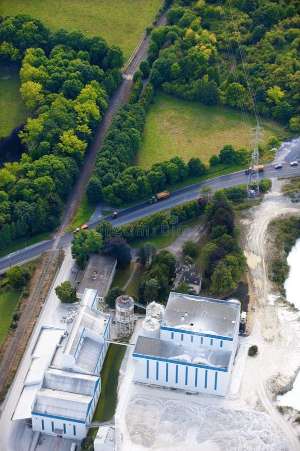 Vue aérienne : Constructions en pierre de carrière le long d'une route images stock
