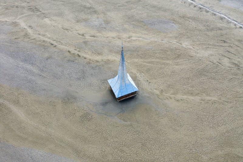 Vue aérienne d'église inondée et abandonnée photos libres de droits