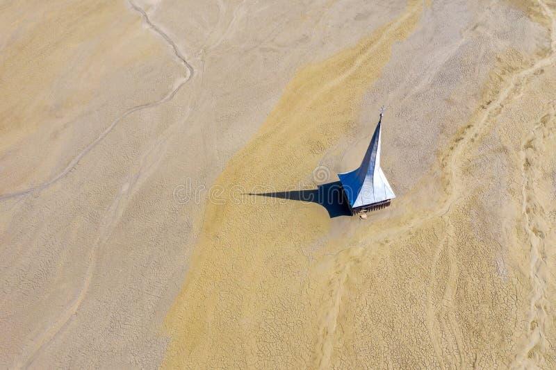 Vue aérienne d'église inondée et abandonnée image stock