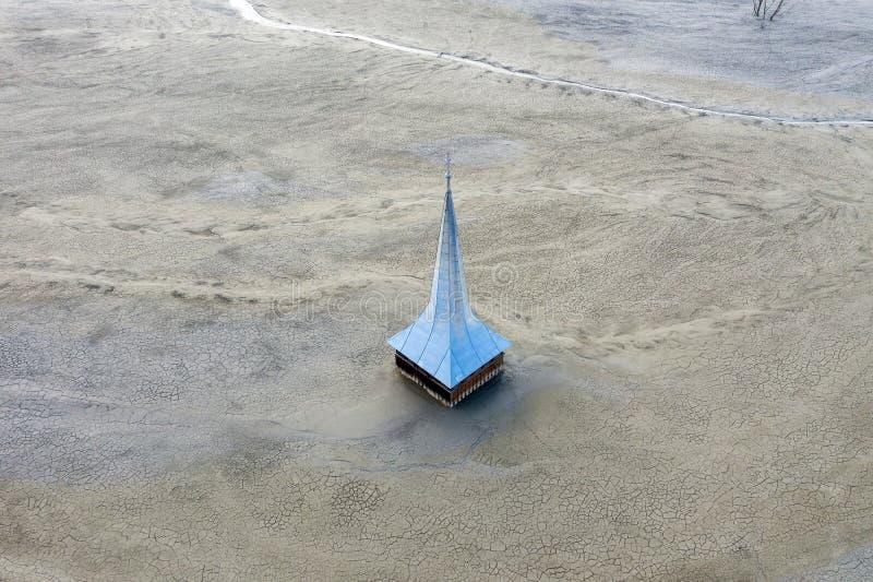Vue aérienne d'église inondée et abandonnée photographie stock libre de droits