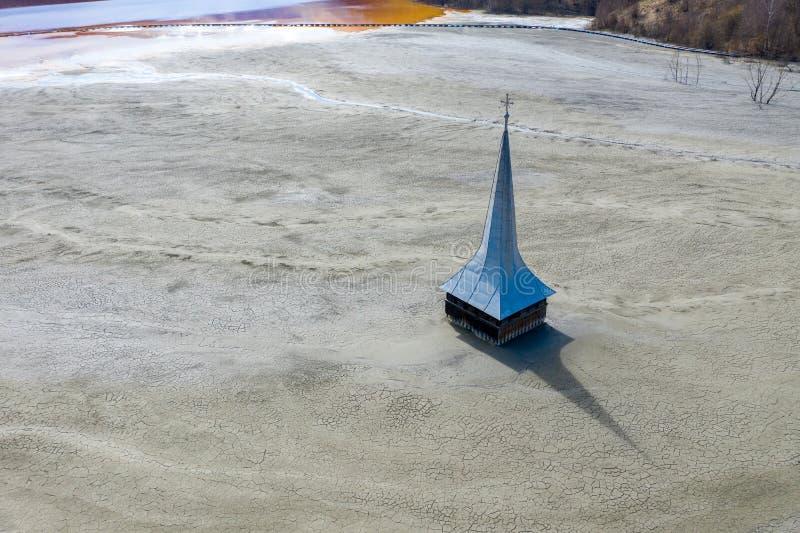 Vue aérienne d'église inondée et abandonnée images stock