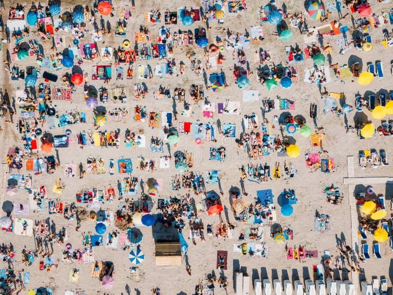 Vue aérienne d'été de plage complètement des personnes image libre de droits