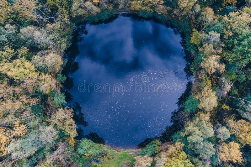 Vue aérienne d'étang formé rond images libres de droits