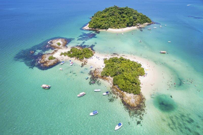 Vue aérienne d'île de Cataguases dans DOS Reis, Rio de Janei d'Angra photographie stock libre de droits