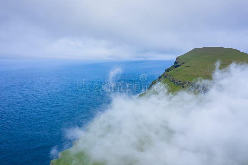Vue aérienne d'île de Koltur dans les Iles Féroé, l'océan Atlantique nord Photo faite par le bourdon ? partir d'en haut Paysage n photo libre de droits
