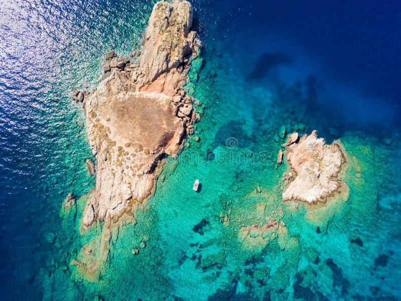 Vue aérienne d'île de Pothitos dans le Golfe de Saronic près d'Athènes photos libres de droits