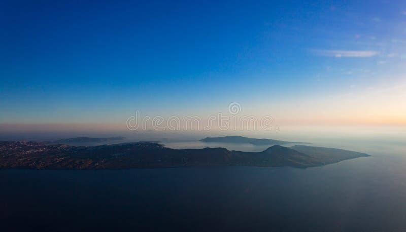 Vue aérienne d'île de Santorini comme vu de la fenêtre plate photos stock