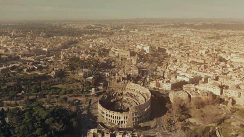Vue aérienne d'amphithéâtre célèbre de Colosseum ou de Colisé dans le paysage urbain de Rome, Italie photographie stock