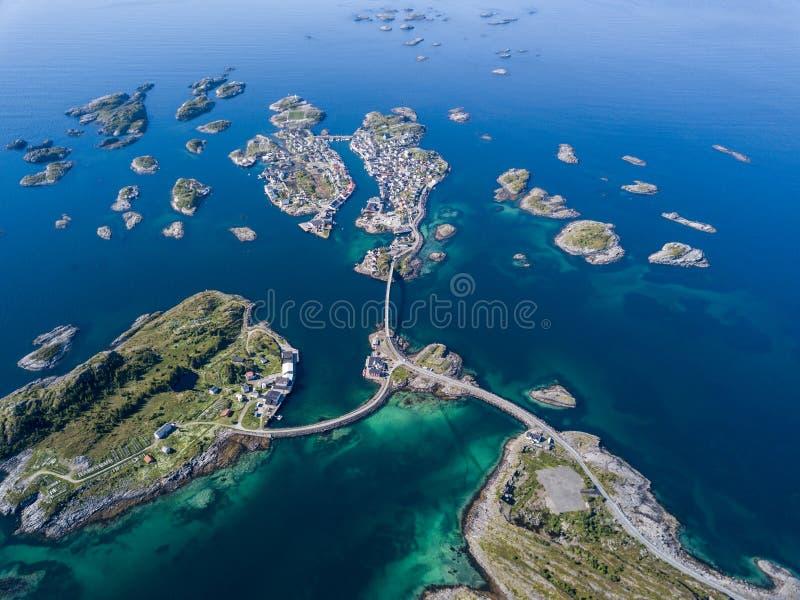 Vue aérienne d'archipel de Henningsvaer sur des îles de Lofoten image libre de droits