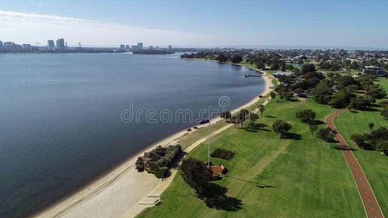 Vue aérienne d'Australie occidentale du sud de Perth le long des banques de rivière de cygne montrant l'espace vert, la plage et  image libre de droits