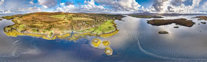 Vue aérienne d'automne du château de Dunvegan, île de Skye photos libres de droits