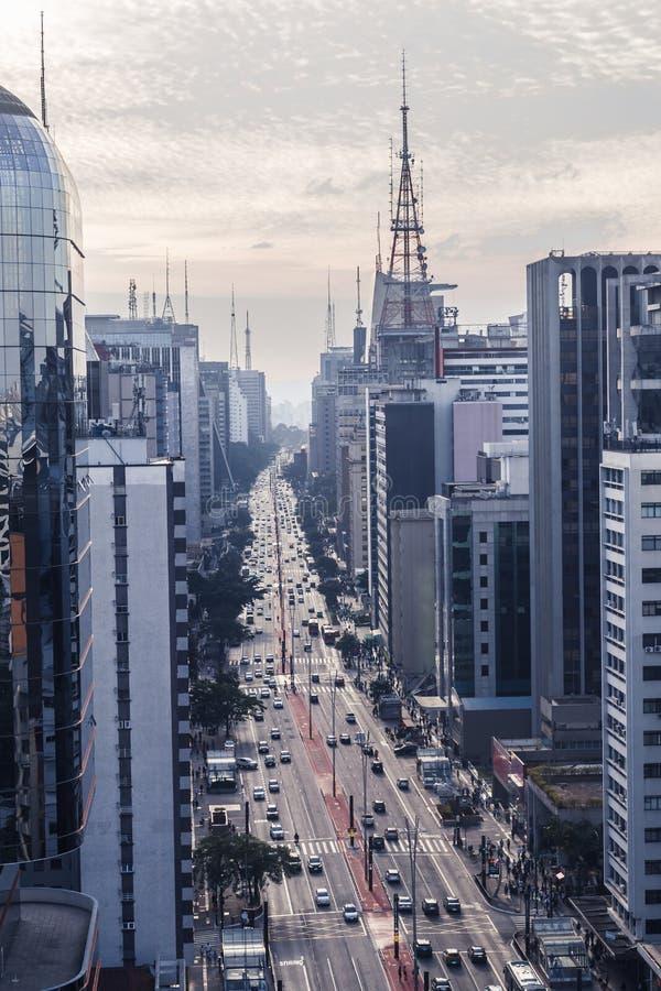 Vue aérienne d'avenue de paulista dans un jour nuageux photo stock