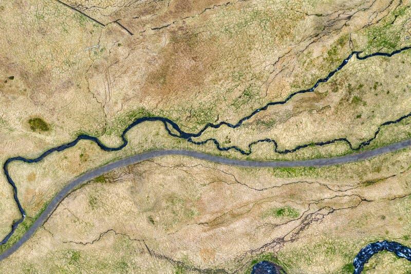 Vue aérienne d'enrouler la petite rivière, Islande photographie stock