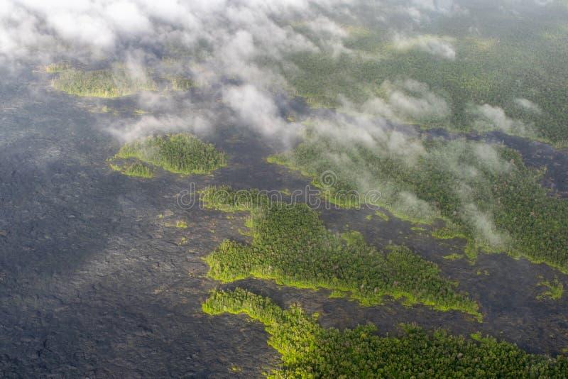 Vue aérienne d'hélicoptère de bourdon de stupéfaction des gisements et des forêts de lave après une éruption récente de volcan de image libre de droits