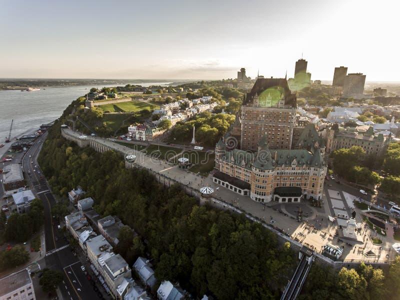 Vue aérienne d'hélicoptère d'hôtel de Frontenac de château et de vieux port dans le Canada de Québec images libres de droits