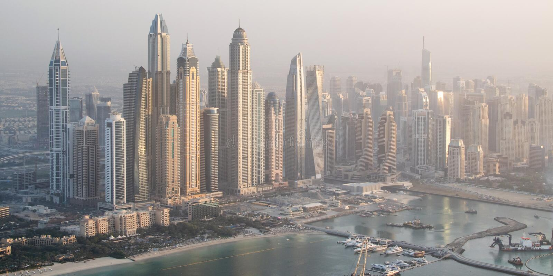 Vue aérienne d'horizon de marina de Dubaï avec les bâtiments les plus grands, EAU image libre de droits