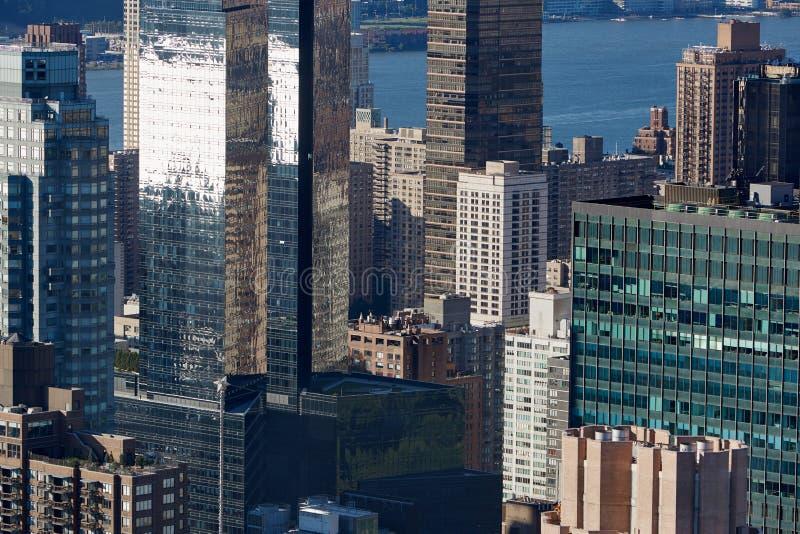 Vue aérienne d'horizon de New York City Manhattan avec le verre images stock