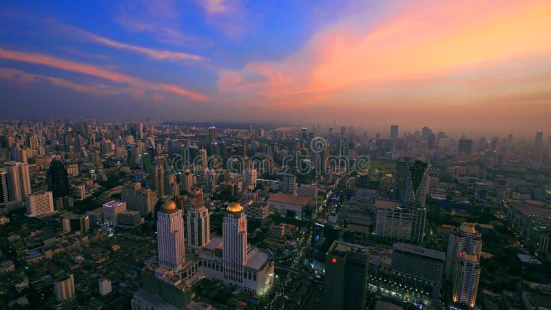 Vue aérienne d'horizon du paysage urbain de Bangkok au crépuscule photo libre de droits