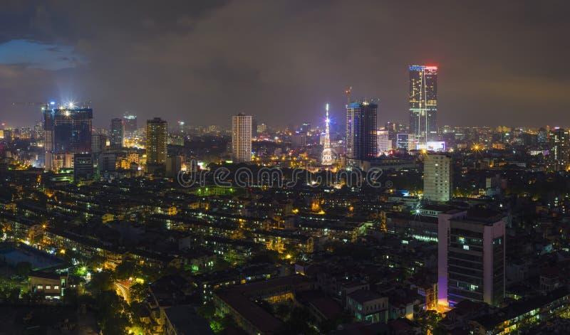 Vue aérienne d'horizon urbain au crépuscule Paysage urbain de Hanoï Quart de construction collectif de Thanh Cong photographie stock libre de droits