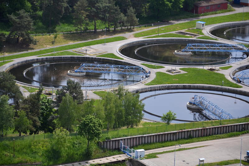 Vue aérienne d'installation de traitement d'eaux usées photo stock