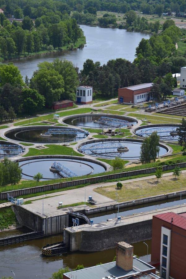 Vue aérienne d'installation de traitement d'eaux usées images stock