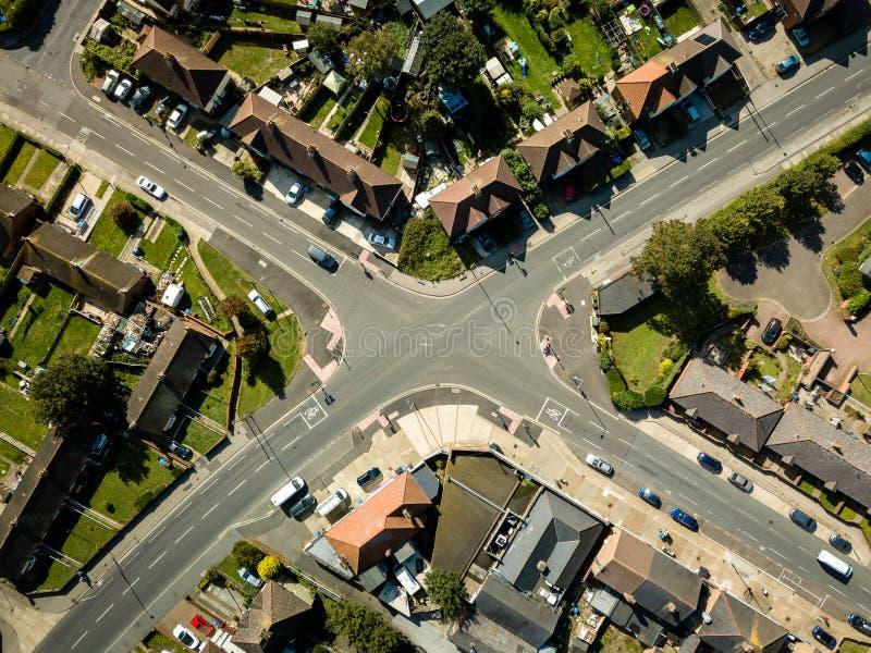 Vue aérienne d'intersection surburban dans la ville d'Ipswich, R-U Voitures passant par images stock