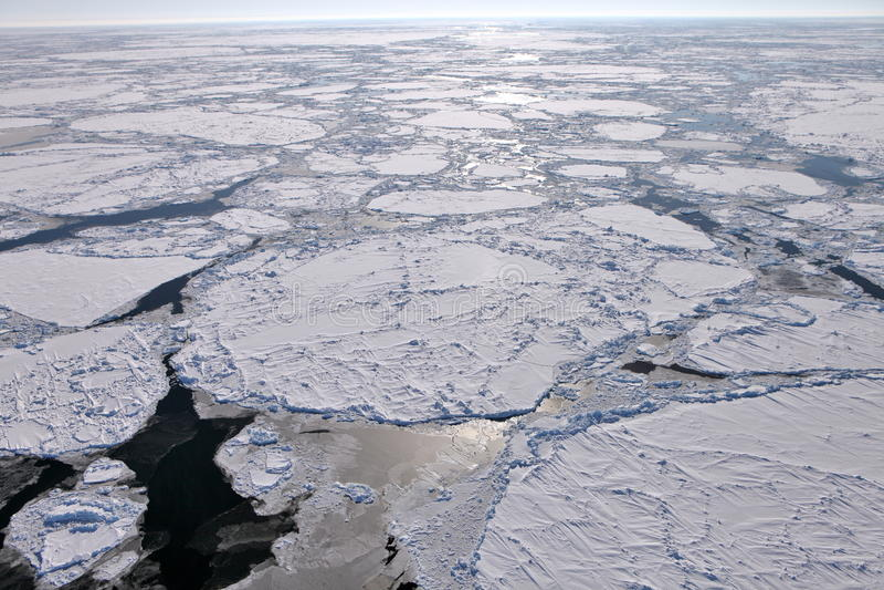Vue aérienne d'océan arctique congelé photographie stock