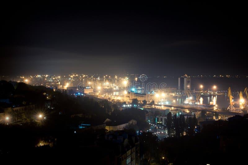 Vue aérienne d'Odessa, Ukraine Toits, port et mer la nuit images stock