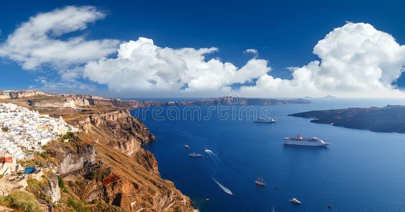 Vue aérienne d'oeil panoramique d'oiseau du bâtiment blanc, du ciel bleu et de la mer vive en île de Santorini, Oia, Grèce photo libre de droits